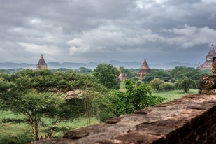 Algunos templos están abiertos al público, donde a través de estrechas escaleras se puede acceder a las terrazas y cúpulas de las stupas