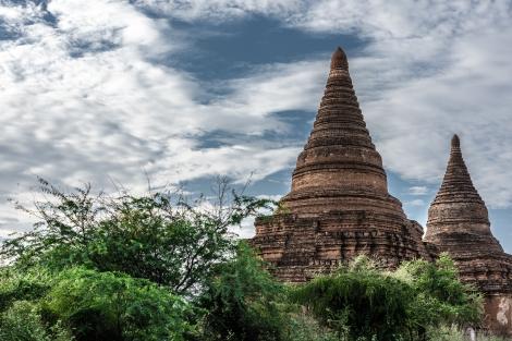 Stupas en Bagan, coronadas con una flor de loto