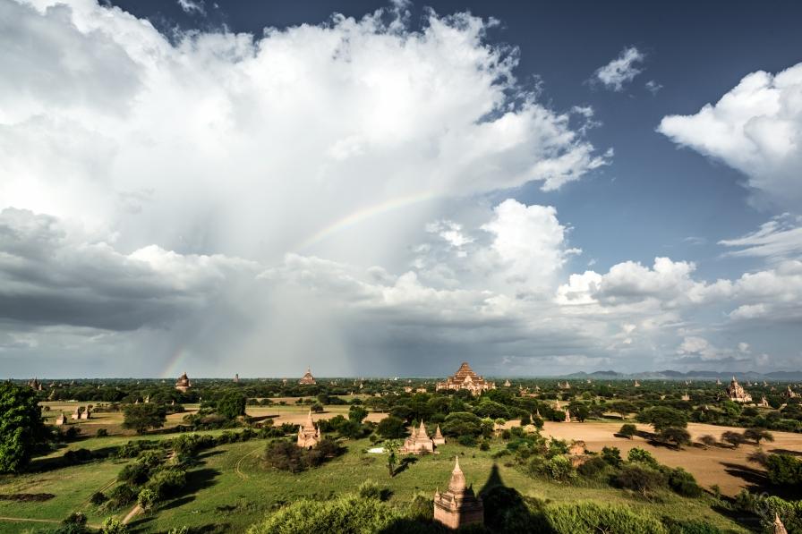 Arcoíris y Templo de Dhammayangyi al fondo, el más grande de Bagan