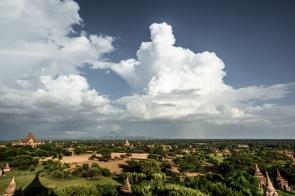 Lluvia al fondo en Bagan
