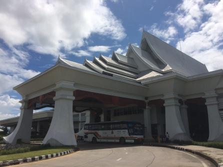 Migración en la entrada al Puente de la Amistad: Chiang Khong, Tailandia
