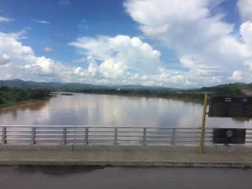 A la izquierda del Mekong, Tailandia. A la derecha, Laos.